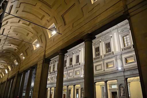 side view interior Uffizi gallery